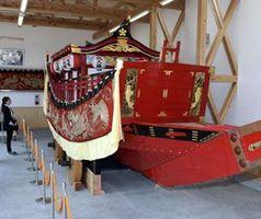 関船展示館に収められた関船=海陽町の阿波海南文化村