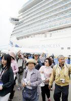 クルーズ客船を下船して観光に出向く乗客ら=小松島市の徳島小松島港赤石岸壁