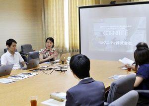 会社説明会で業務内容などを話す河野社長(左から2番目)=徳島市のあわぎんホール
