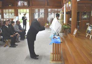 神事で玉串を奉納する参列者=徳島市の県護国神社