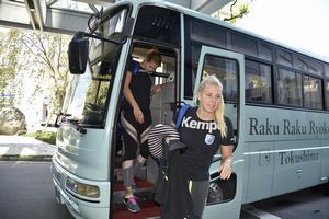 来県したドイツの女子ハンドボールチーム「ブクステフーデ エスブイ」の選手ら=徳島市のホテル前