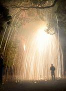 火の粉のシャワー 立火吹筒花火、小松島で奉納