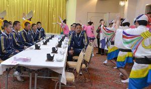 敦賀気比高の選手を阿波踊りで歓迎する地元住民ら=阿南市桑野町の旅館