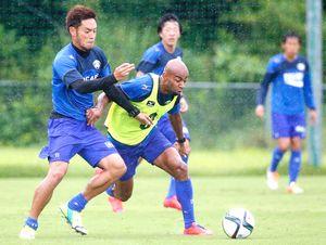 岡山戦での勝利を目指し、練習に励む徳島の選手たち=徳島スポーツビレッジ