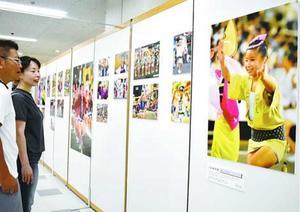 踊る子どもの姿を捉えた写真が並ぶ会場=徳島市のそごう徳島店