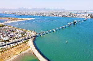 吉野川河口で架設工事が進む徳島南部自動車道の新たな橋=5月(西日本高速道路提供)