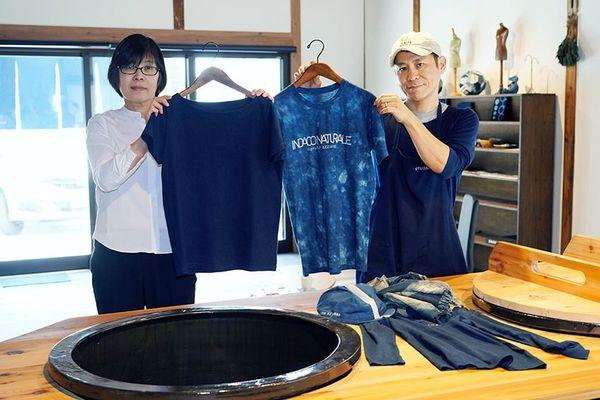 藍染工房で機能性の高い肌着を作る根本さん夫婦=鳴門市撫養町