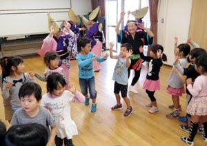 地域の文化祭で園児と一緒に阿波踊りを楽しむ「甲子連」のメンバーら=西宮市内