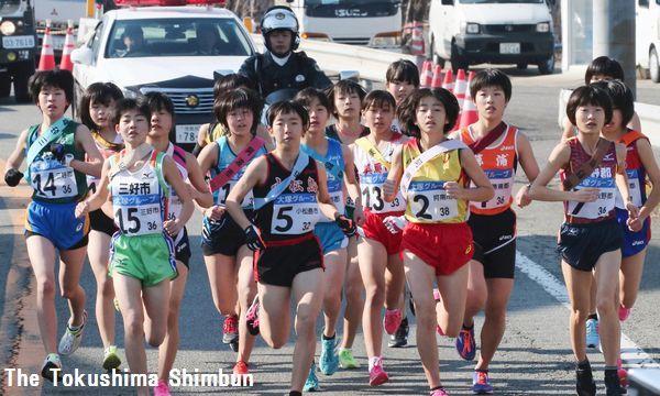 再出発の39区を一斉に飛び出す16郡市の中学女子選手=吉野川市川島町
