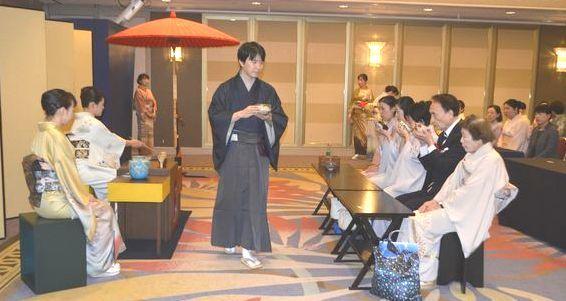 裏千家淡交会徳島青年部60周年を記念した茶会で、お茶を堪能する参加者=12日、徳島市のJRホテルクレメント徳島