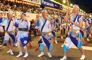 阪神大震災から20年の節目に、感謝と哀悼を込めて踊るみなと神戸連=市役所前演舞場