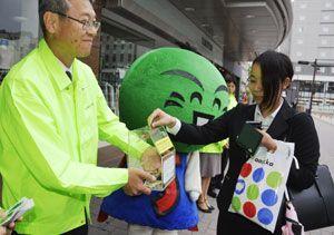 熊本地震の被災者支援のための募金に協力する通行人=徳島駅前