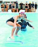 プールでサーフィンに挑戦 阿南・今津小で教室