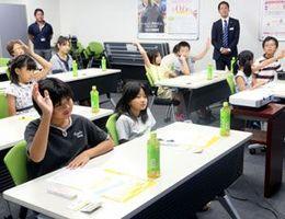 金融クイズに答える子どもたち=徳島市のSMBC日興証券徳島支店