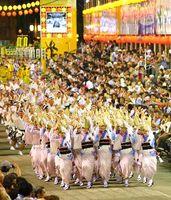 集団になって乱舞する女踊り。優美な舞に大勢の観客が酔いしれた=南内町演舞場