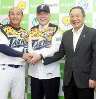 張さん(左)、林副理事長(右)と握手を交わす岩浅市長=阿南市役所