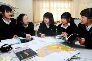 田井晴代さんから学んだことを生かした防災研究に取り組む徳島市立高生=同校