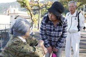 訓練で行方不明者役(左)に声を掛ける参加者=三好市池田町