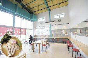 テーブル、カウンター、座敷を備える店内。小松島の風景を映写できるよう、壁にプロジェクタを設置。 小松島中華 肉入小(780円)。ほんのり甘い白系スープに太ストレート麺。