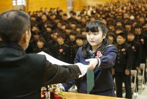 木津校長から卒業証書を受け取る総代の谷口さん=徳島市の城西中