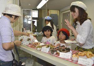 ドーナツの販売を体験する児童ら=牟岐町地域活性化センター