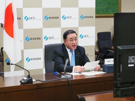テレビ会議方式で開催されたG20エネルギー相会合に臨む梶山経産相=10日夜、経産省(同省提供)