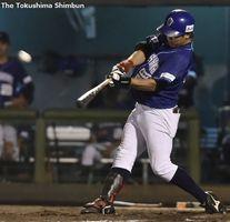 徳島対愛媛 4回裏、徳島2死満塁、小林が右越え本塁打を放ち5-4と逆転する=JAバンク徳島スタジアム