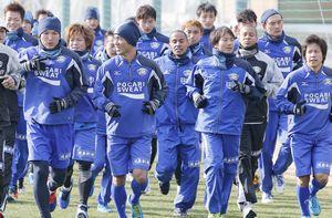 J1復帰を掲げ、今季の初練習に励む徳島の選手たち=徳島スポーツビレッジ