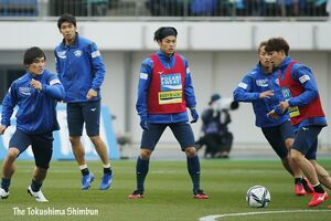 今季初勝利を願い、スタジアムで応援する徳島サポーター=鳴門ポカリスエットスタジアム