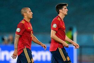 スウェーデンと引き分け落胆した表情で引き揚げるスペインのティアゴ(左)とG・モレノ=セビリア(ロイター=共同)