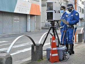 徳島県内で運用が始まった可搬式オービス=徳島市下助任町1の助任小学校前