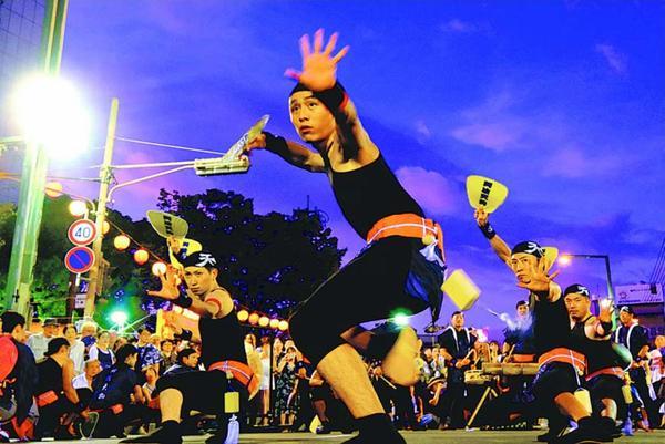 力強い踊りで観客を魅了した阿波天狗=両国橋南詰めおどりロード