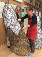 阿波和紙とかずらを使った特大あんどんを制作する北谷さん夫妻=吉野川市川島町