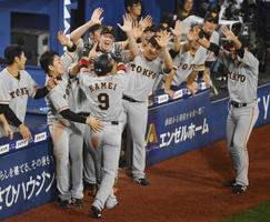 10回、増田大の決勝打で生還した亀井(9)を迎える巨人ナイン=横浜