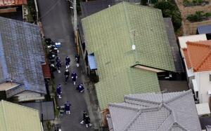 3人が倒れていた住宅付近=14日午前11時6分、愛媛県新居浜市(共同通信社ヘリから)