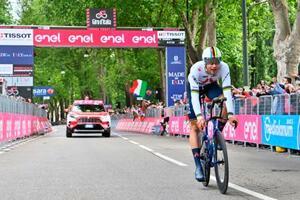 ジロ・ディタリアが開幕、第1ステージの個人タイムトライアルでゴールラインを通過したフィリッポ・ガンナ=8日、トリノ(AP=共同)