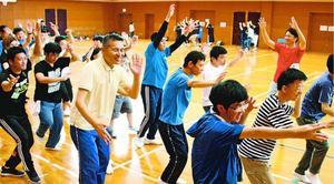 流し踊りを楽しむ障害者ら=徳島市の県障がい者交流プラザ