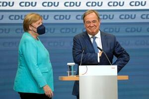 ドイツ連邦議会選の投票締め切り後、CDUの党本部でラシェット党首(右)の隣に立つメルケル首相=26日、ベルリン(AP=共同)