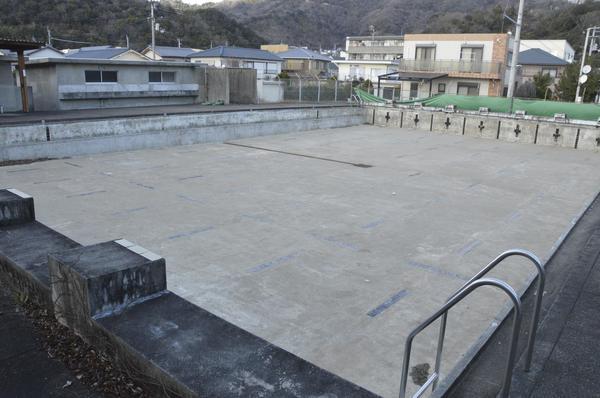 ろ過装置が故障し、17年度から使用を中止している八万中学校のプール=徳島市城南町3