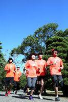 青空の下、早朝ランニングをする人たち=徳島中央公園