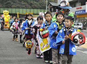 手作りちょうちんを手に、タヌキの仮装で練り歩く地元の子どもや住民ら=三好市山城町大川持