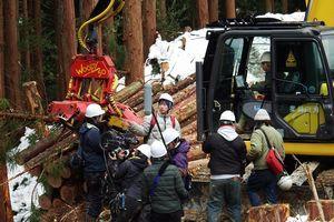 撮影スタッフに指示する蔦監督(奥中央)。重機に乗っているのが安藤さん=三好市池田町松尾