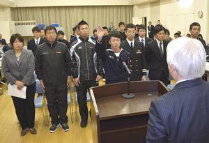 力強く選手宣誓する小松島市選手団の畑佐さん(中央)=同市保健センター