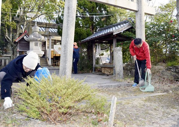 境内を清掃する「金長神社を守る会」のメンバーら=小松島市中田町脇谷の金長大明神