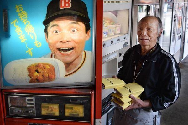 自販機にカレーライスを補充する吉本さん=阿波市土成町吉田のコインスナック御所24
