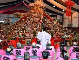 全国から寄せられた人形を供養する井戸端塾のメンバーら=勝浦町の人形文化交流館