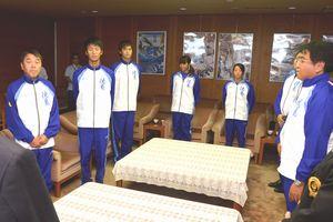 徳島県選手団を代表し、決意を述べる城東高の宮本(左から2人目)=県庁