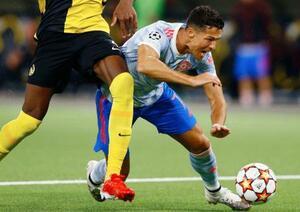 サッカーの欧州CL、ヤングボーイズ戦でタックルを受けるマンチェスター・ユナイテッドのロナルド=ベルン(ロイター=共同)