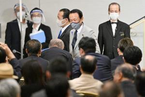 自民党麻生派のパーティーで別会場に移動する麻生財務相(奥右から2人目)=16日午後、東京都内のホテル