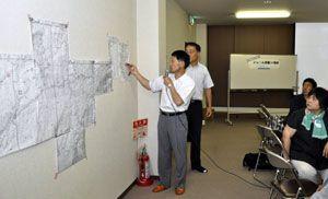 米軍機の低空飛行について地図上で確認するオレンジルート下の住民ら=三好市の西祖谷老人福祉センター